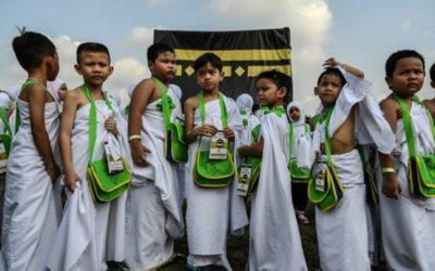 "Malaysian Children Perform ""Little Hajj"""